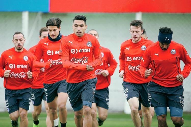 Los jugadores de la selección chilena de se entrenaron en un ambiente de alegría. (Foto Prensa Libre: EFE)