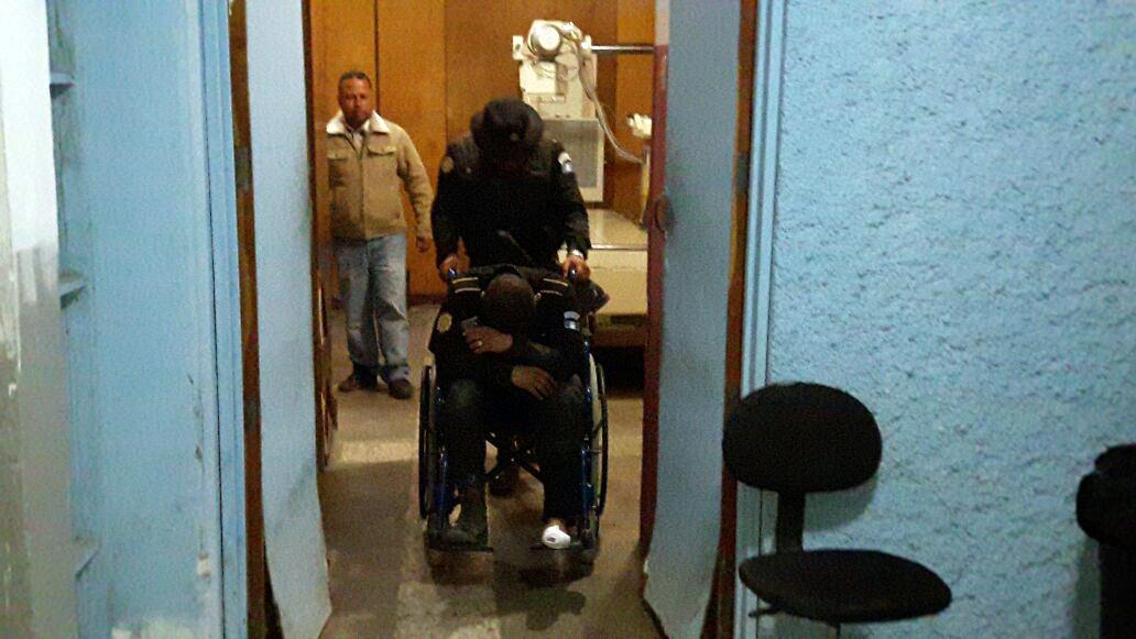 El agente de la PNC, Elmer Augusto López, es trasladado al Hospital Nacional de Jalapa. (Foto Prensa Libre: Hugo Oliva)