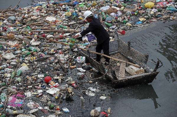 Un voluntario realiza trabajos de limpieza en la playa de Río de Janeiro.(AFP).