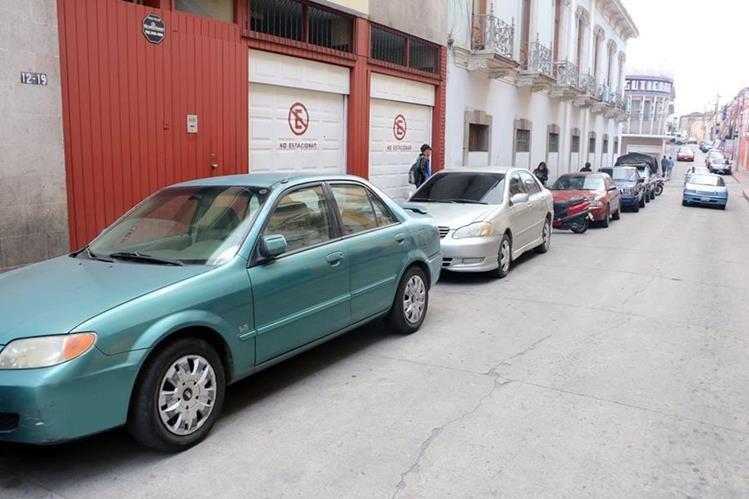 Vehículos estacionados a un costado de la Gobernación Departamental han sido blanco de delincuentes.(Foto Prensa Libre: Carlos Ventura)