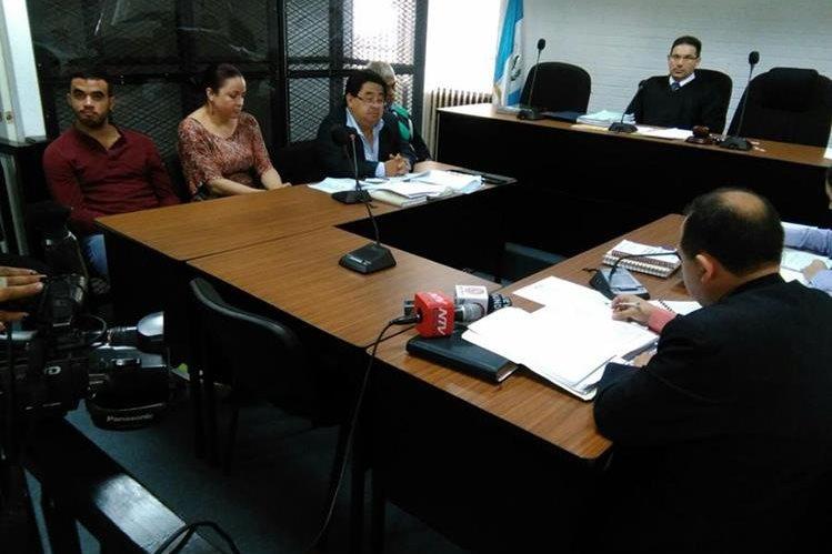 Juez de extinción de dominio, Marco Antonio Villeda escucha a los capturados a quienes se les incautaron US$41 mil 600. (Foto Prensa Libre: Paulo Raquec)