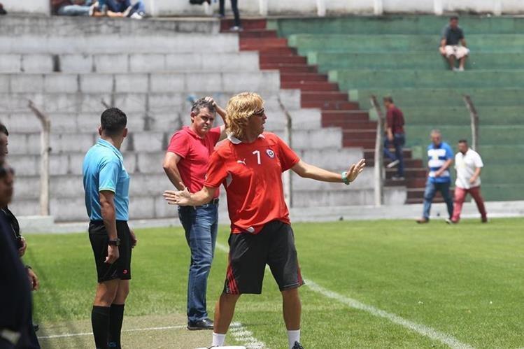 Henry Barrientos, técnico de Sololá, durante el partido contra Ayutla. (Foto Prensa Libre: Norvin Mendoza)