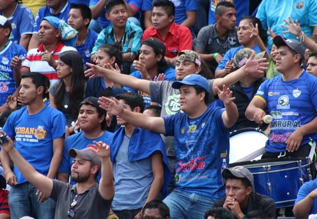 La afición cobanera colmó el estadio Verapaz, pero no pudo festejar, porque su equipo perdió frente a los cremas. (Foto Prensa Libre: Eduardo Sam Chun)