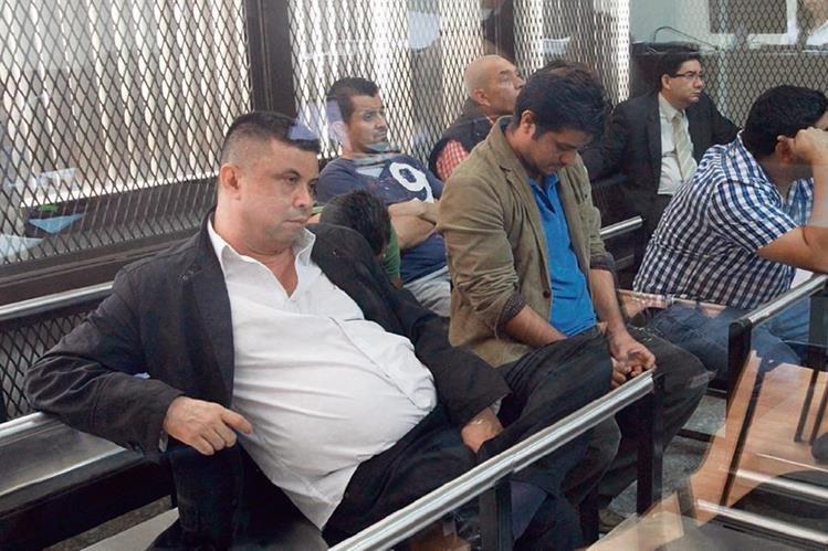 Francisco Édgar Morales Guerra, alias Chico Dólar, oye las escuchas telefónicas, en la carceleta del Juzgado de Mayor Riesgo B.