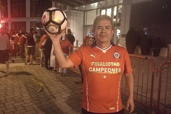 Pedro Vásquez es el aficionado que asegura poseer el balón del penalti que falló Messi contra Chile. (Foto Prensa Libre: Internet).