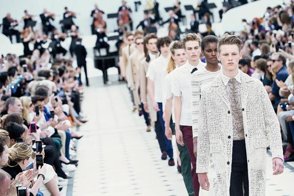 modelos presentan creaciones de Burberry en Londres, Inglaterra (Foto Prensa Libre: EFE).