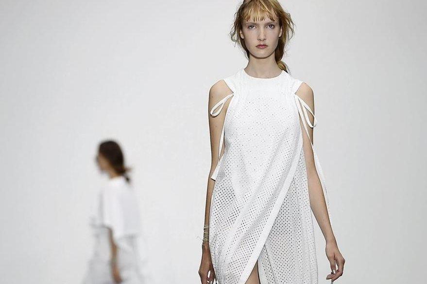 El diseñador surcoreano Eudon Choi se hizo presente en la Semana de la moda de Londres  con prendas sofisticads. (Foto Prensa Libre: EFE).