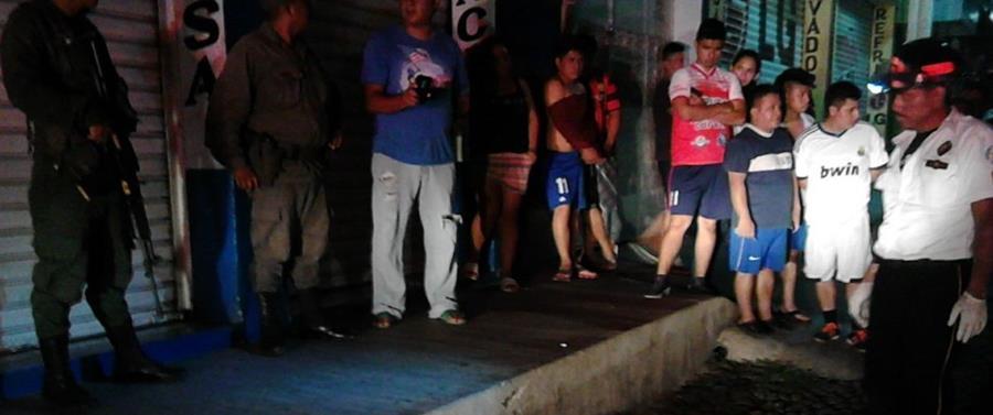Vecinos y familiares de Abner Josué Felipe Molares llegan al lugar donde la víctima, que viajaba en moto, fue ultimada a balazos. (Foto Prensa Libre: Mario Morales)