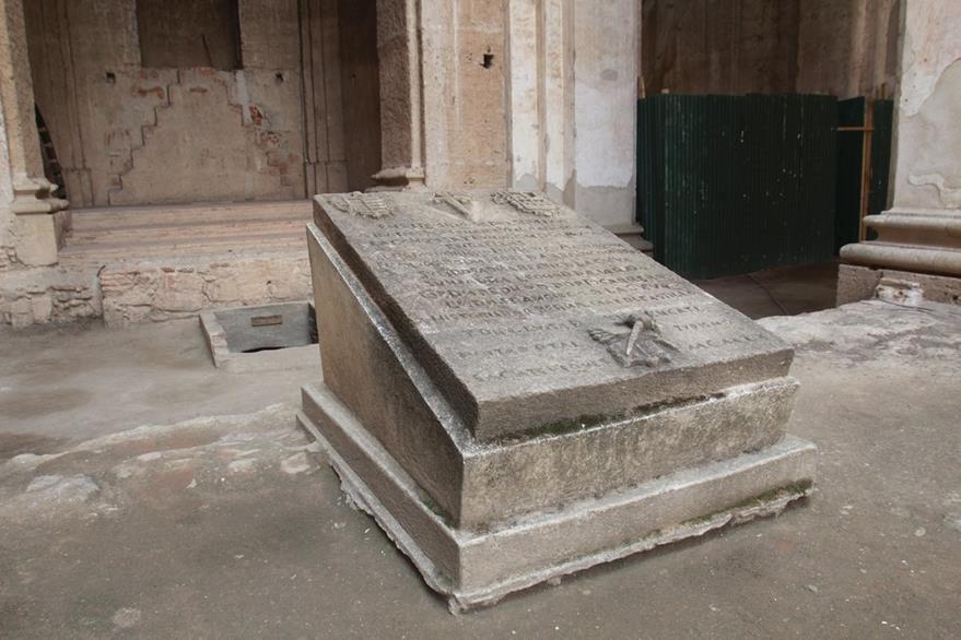 Tumba dispuesta para los restos de Pedro de Alvarado, en las ruinas de San José, Antigua Guatemala. Foto Miguel López.
