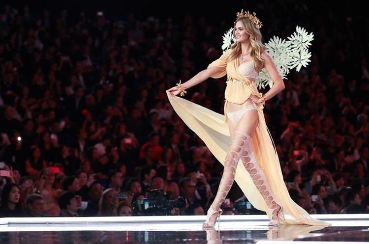 La modelo británica Megan Williams presenta una de las creaciones