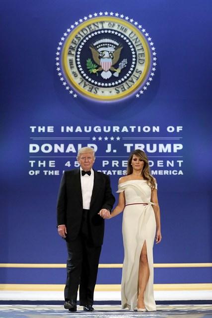 Melania y Donald Trump en uno de los bailes del pasado viernes 20, en Washington (EE. UU.), en el que utilizó un vestido diseñado por Carolina Herrera. (Foto Prensa Libre: AFP).