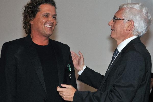 <p>El cantante colombiano Carlos Vives recibe el reconocimiento de manos del embajador de Francia Jean-Marc Laforet. (Foto Prensa Libre: AFP)<br></p>
