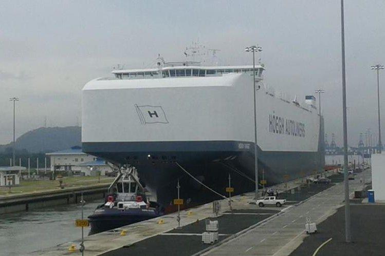 El portavehículos pasó sin ningún problema el Canal de Panamá. (Foto Prensa Libre: Laprensa.com)