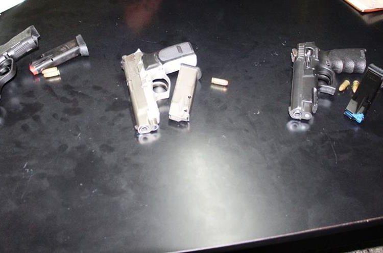 Armas con las que habrían disparado contra las cuatro personas. (Foto Prensa Libre: PNC)
