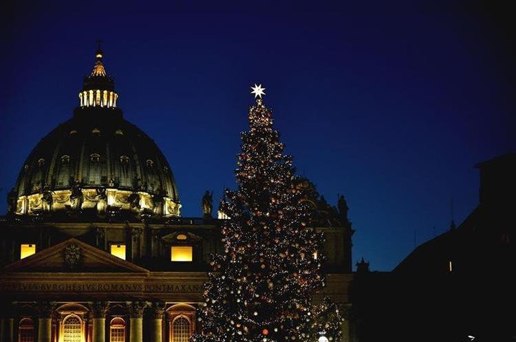 La Plaza de San Pedro de Roma se viste de Navidad.