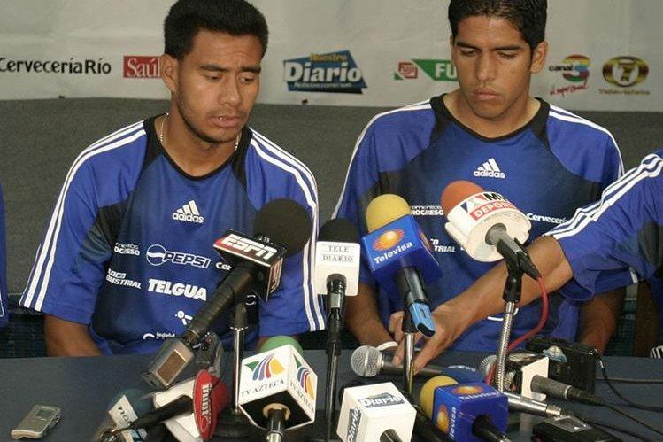 Gonzalo Romero y Pablo Melgar en una conferencia de prensa durante la eliminatoria mundialista a Alemania 2006. (Foto Prensa Libre: Hemeroteca PL)