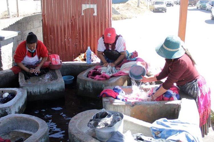 Mujeres en un lavadero municipal de Quetzaltenango. (Foto Prensa Libre: María José Longo)