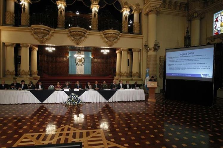 El presidente Jimmy Morales y sus 14 ministros exponen, cada uno, acciones implementadas en el primer año de gobierno, en el Palacio Nacional de la Cultura. (Foto Prensa Libre: Paulo Raquec)