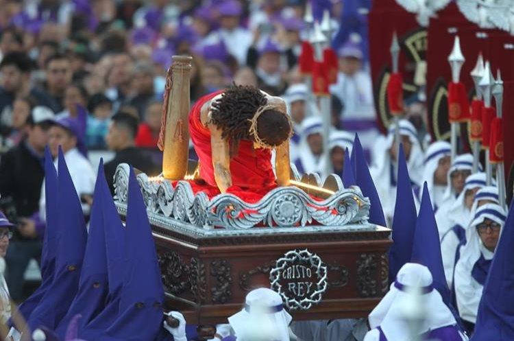Nazarenos trasladan a Jesús de la Columna quien este año acompaña el cortejo procesional del Jueves Santo.