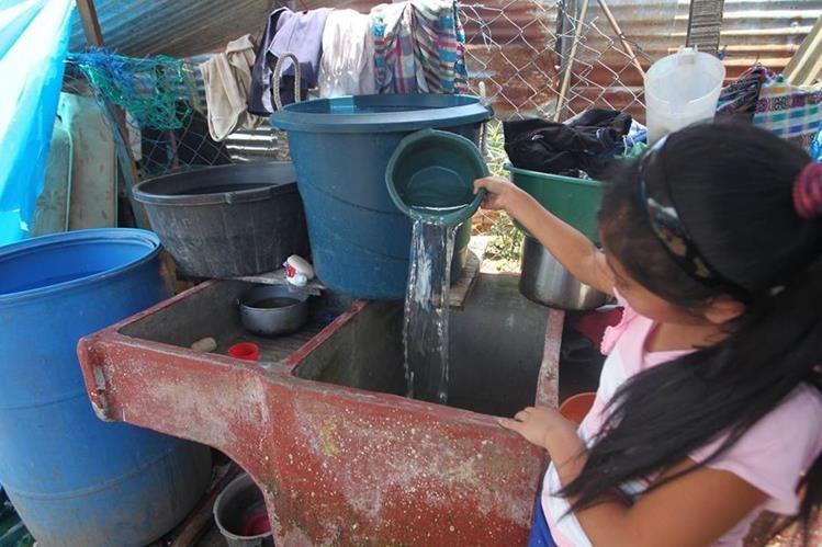 El agua es racionada en varios hogares de ese municipio debido a que cada vez es más escasa.(Foto Prensa Libre: Erick Ávila)