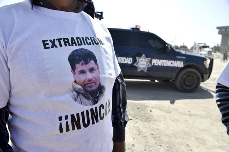 Seguidores de el Chapo Guzmán se manifiestan fuera del penal del Altiplano. (Foto Prensa Libre: AFP).