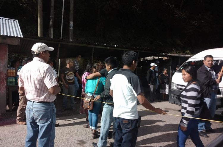 Manifestantes en el km 180 ruta a las Verapaces. (Foto Prensa Libre: Eduardo Sam)