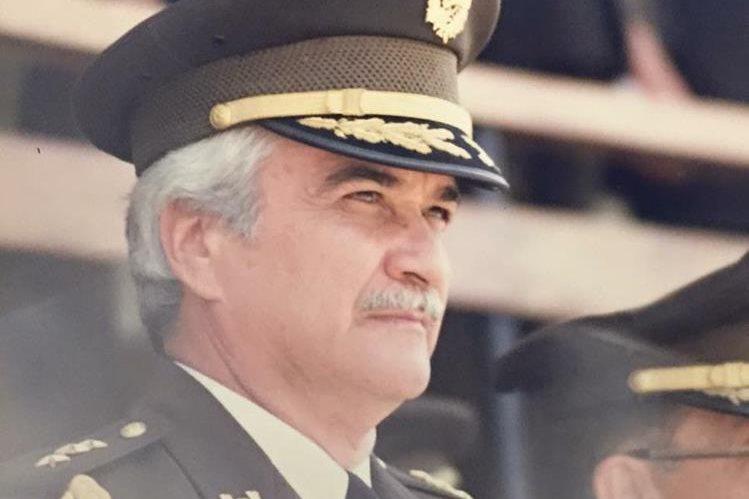 Méndez Ruiz Rohrmoser en una imagen de 1987, el última día que vistió el uniforme militar. (Foto Prensa Libre: cortesía familia Méndez Ruiz)