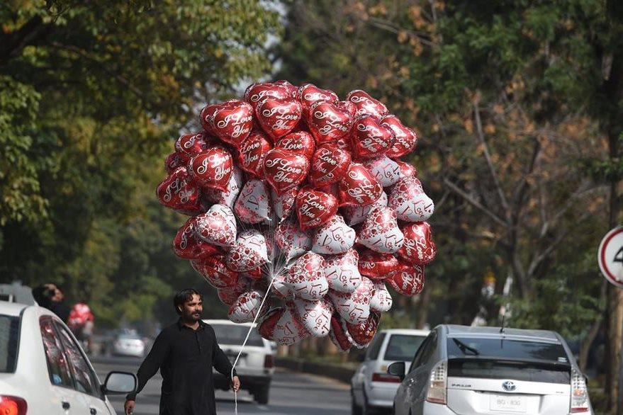 Los globos, muy característicos de la fecha, también son ofrecidos en las calles de Islamabad, la capital paquistaní. (Foto Prensa Libre: AFP).