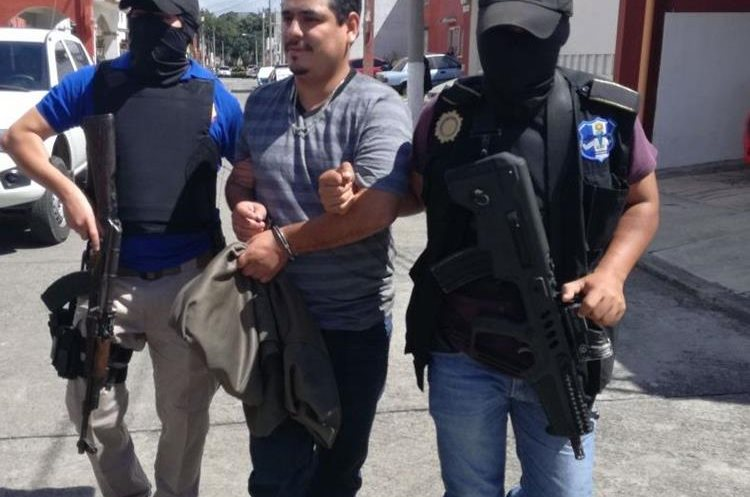 El supuesto pandillero del Barrio 18 es consignado luego de su detención en Villa Nueva. (Foto Prensa Libre: PNC)