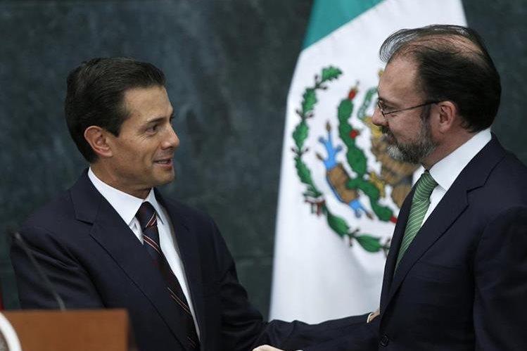 El presidente de México Enrique Peña Nieto, saluda a su exsecretario de Hacienda, Luis Videgaray (d), momentos después de notificarlo como nuevo secretario de Relaciones Exteriores. (Foto Prensa Libre: EFE).