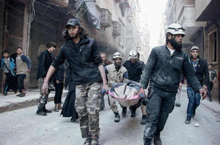 Civiles rescatan a víctimas de bombardeos en Siria.