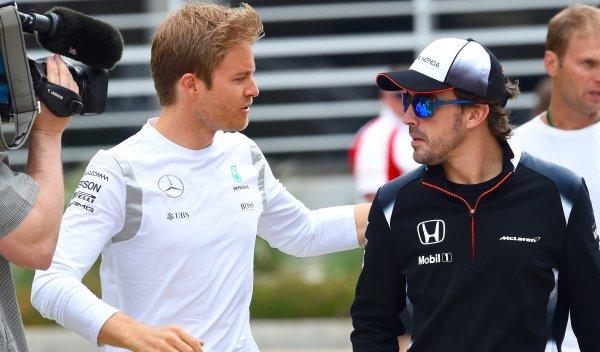 Nico Rosberg (izquierda), considera que Fernando Alonso puede conquistar el podio. (Foto Prensa Libre: AP).