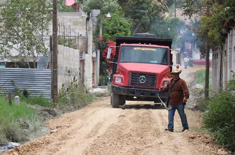 Maquinaria de la Municipalidad mejora las calles aledañas al campo de la feria.(Foto Prensa Libre: Mike Castillo)