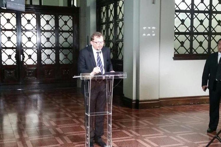 El vocero presidencial hace público el listado de candidatos a las gobernaciones. (Foto Prensa Libre: Cortesía SCSP)