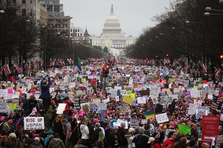 Miles de personas se concentran en la Avenida Pensilvania, Washington DC, para manifestarse contra Trump, el sábado. (Foto Prensa Libre: AFP).