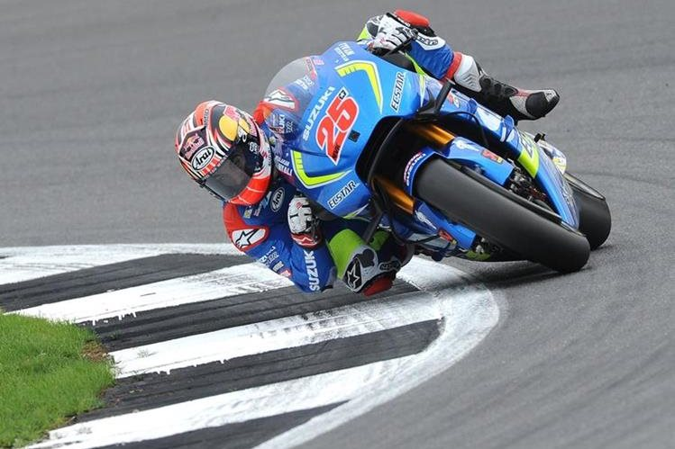 Maverick Viñales domina su motocicleta durante una de las vueltas del gran Premio de Gran Bretaña. (Foto Prensa Libre: AP)