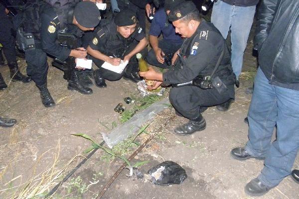 Agentes observan  lo decomisado, en Zacapa.