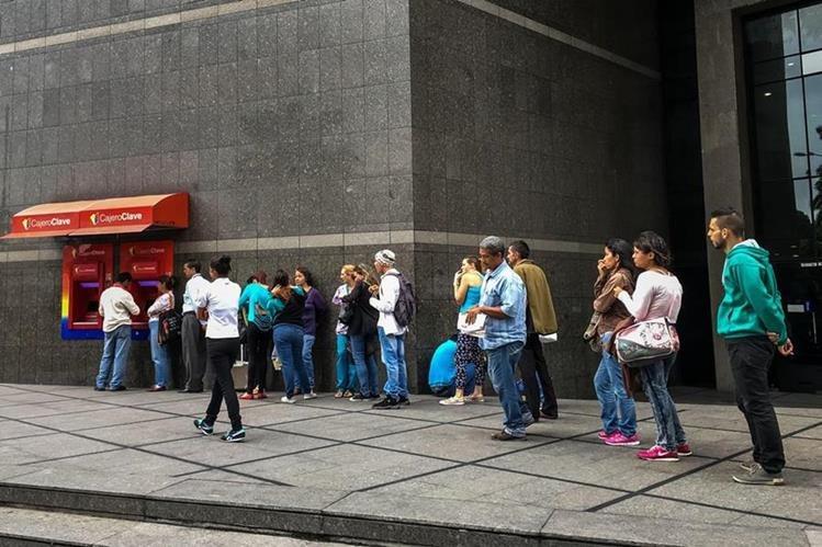 Varios venezolanos esperando retirar dinero del cajero, las condiciones económicas les han afectado. (Foto Prensa Libre: Hemeroteca PL)