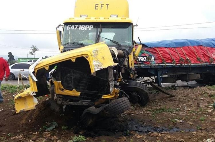 Tráiler implicado en accidente en el km 71 de la ruta Interamericana, Patzicía, Chimaltenango. (Foto Prensa Libre: Víctor Chamalé)