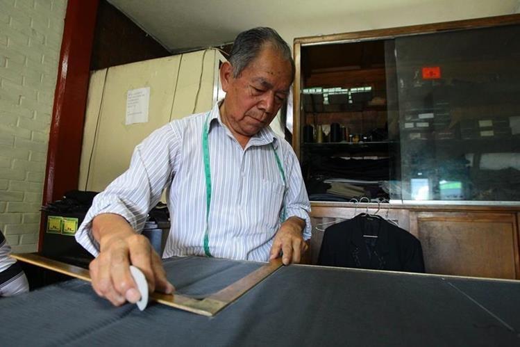 Julio Tepé López confecciona trajes de caballero, damas y niños, cuyor precios oscilan entre Q600 a Q850. (Foto Prensa Libre: Álvaro Interiano)