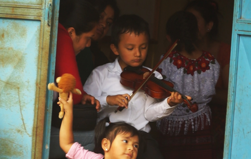 Un pequeño practica el violín.  (Foto Prensa Libre: Josué León)