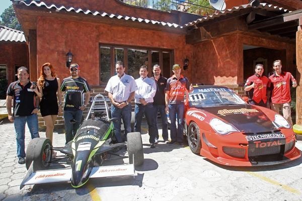 Pilotos y patrocinadores del Campeonato Nacional de Automovilismo, durante la presentación realizado este martes en un restaurante de la zona 10. (Foto Prensa Libre: Óscar Felipe Q.)