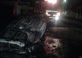 El vehículo de un agente de PNC de Tiquisate, Escuintla quedó destruido por una turba que también destruyó la sede policial. (Foto Prensa Libre: CBV)