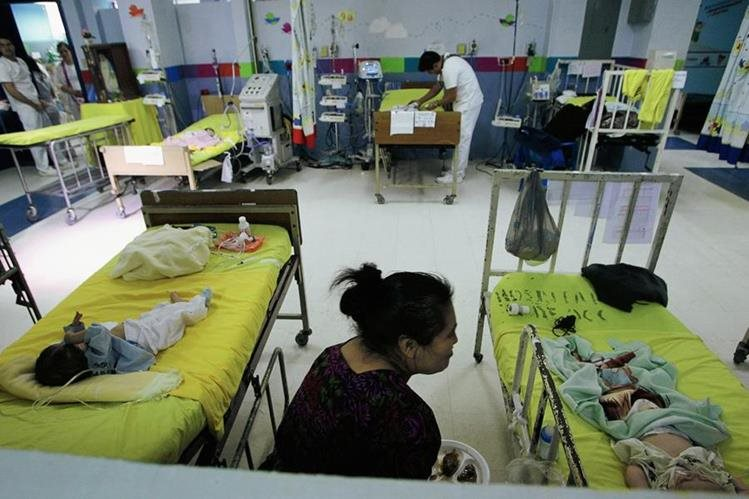 El Estado no logra cubrir la demanda de servicios básicos, como los de salud, lo que ha provocado cierre temporal de servicios de emergencia o consultas. (Foto: Hemeroteca PL)