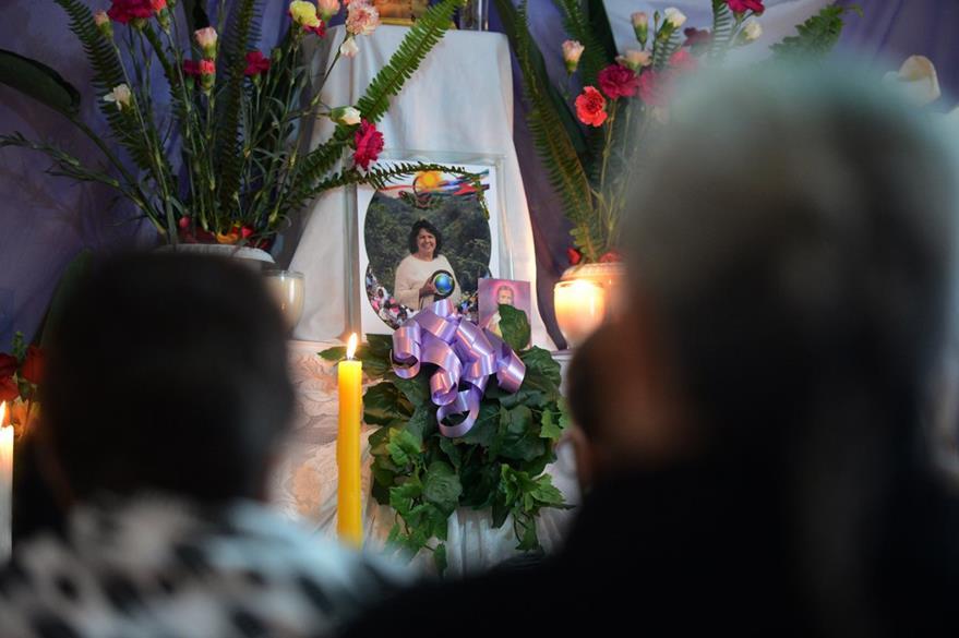 Familiares y amigos participan en una misa en memoria de la ambientalista Berta Cáceres. (EFE).