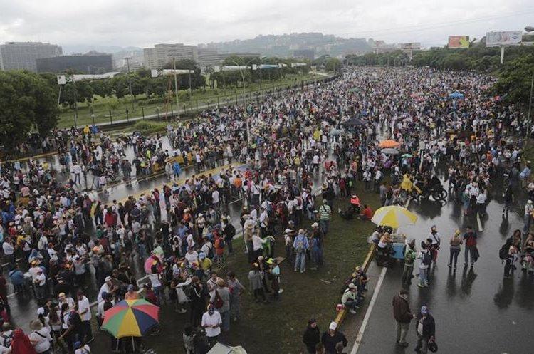 Vista de la marcha pacífica de este lunes contra el presidente Nicolás Maduro en Venezuela. (Foto Prensa Libre: AP)