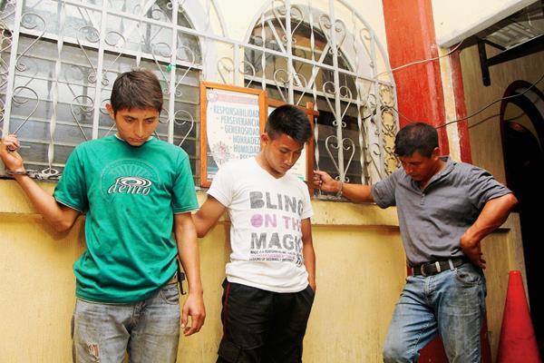 Los tres capturados que pretendían robar combustible en una finca de San Sebastián, Retalhuleu. (Foto Prensa Libre: Rolando Miranda)