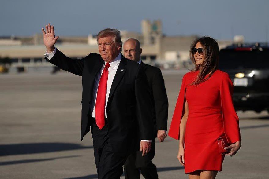 Trump suelta la mano de su esposa Melania para saludar a simpatizantes. (Foto Prensa Libre: AFP)
