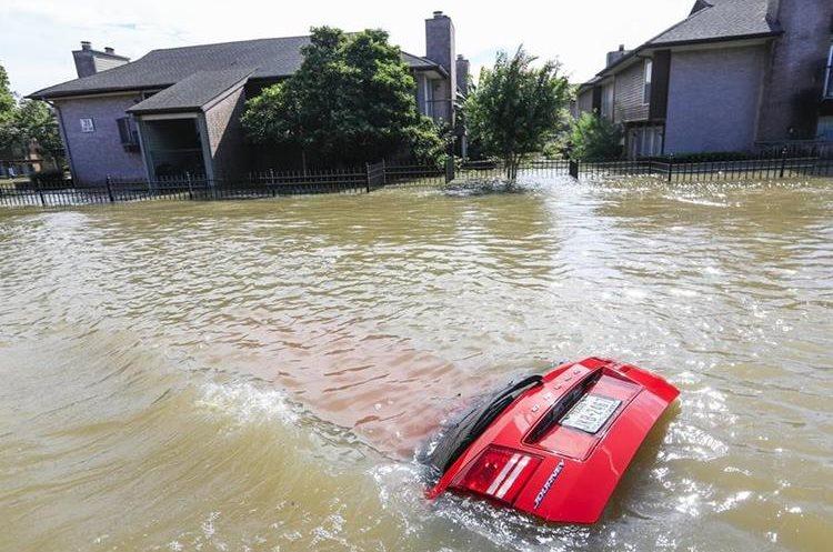 Un automóvil totalmente sumergido en agua quedó eun zona inundada por el río Buffalo Bayou. (EFE),