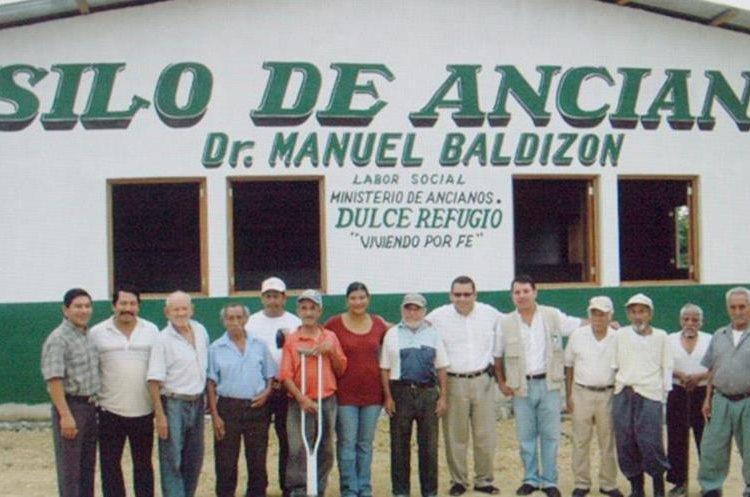 Baldizón junto a miembros del partido cuando inauguraron un asilo de ancianos al que le fue colocado su nombre, en 2007. (Foto Prensa Libre: Hemeroteca PL)